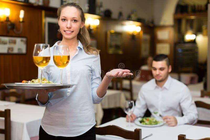 De vrouwelijke lijst van kelners dienende gasten stock foto