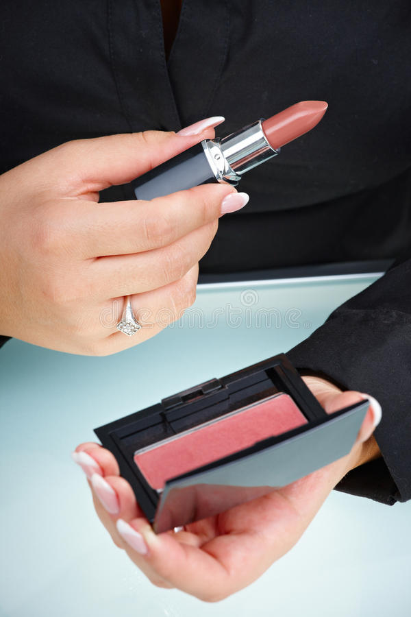 De vrouwelijke lippenstift van de handholding stock foto