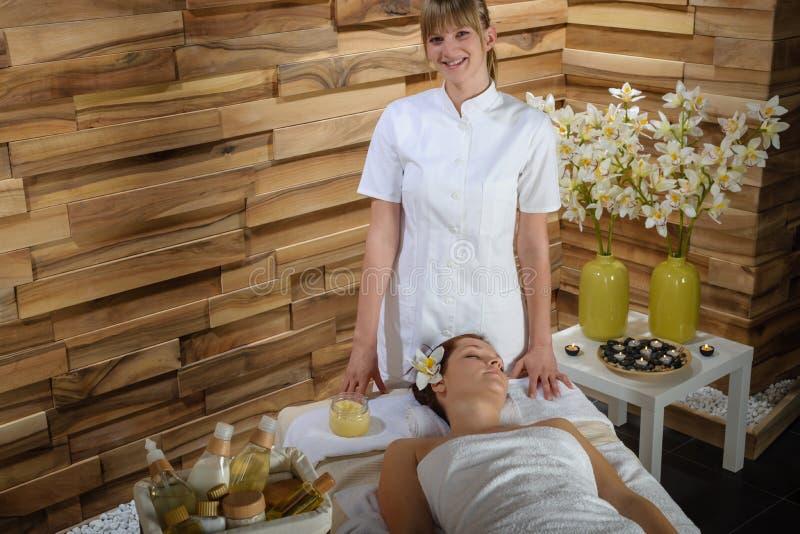 De vrouwelijke masseur geeft beauty treatment luxury spa stock foto's