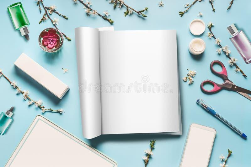 De vrouwelijke moderne vlakte van de Desktopwerkplaats legt met onecht omhoog open tijdschrift, tabletcomputer en slimme telefoon royalty-vrije stock foto