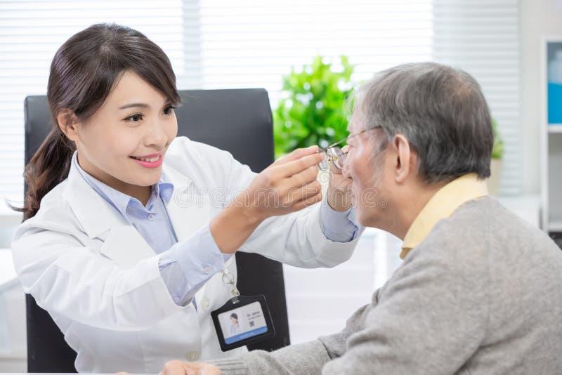De vrouwelijke oftalmoloog ziet patiënt stock afbeelding