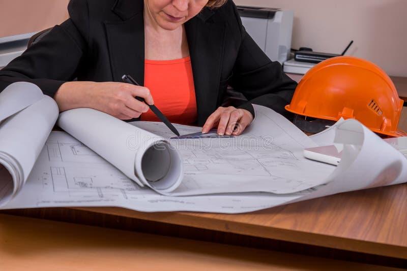 De vrouwelijke ontwerper trekt een tekening stock afbeelding
