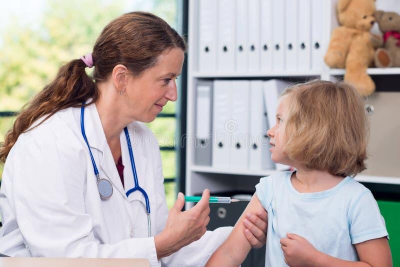 De vrouwelijke pediater spoot een geneesmiddel in royalty-vrije stock foto's