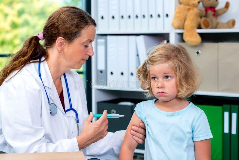 De vrouwelijke pediater spoot een geneesmiddel in royalty-vrije stock fotografie