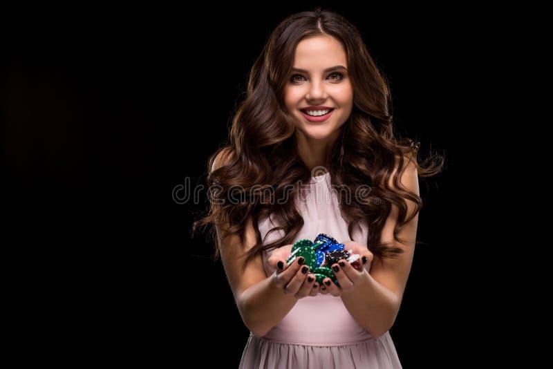 De vrouwelijke Pookspeler met verf zwarte spijkers houdt haar pookspaanders om een weddenschap te maken Het gokken en casino bedr stock foto's
