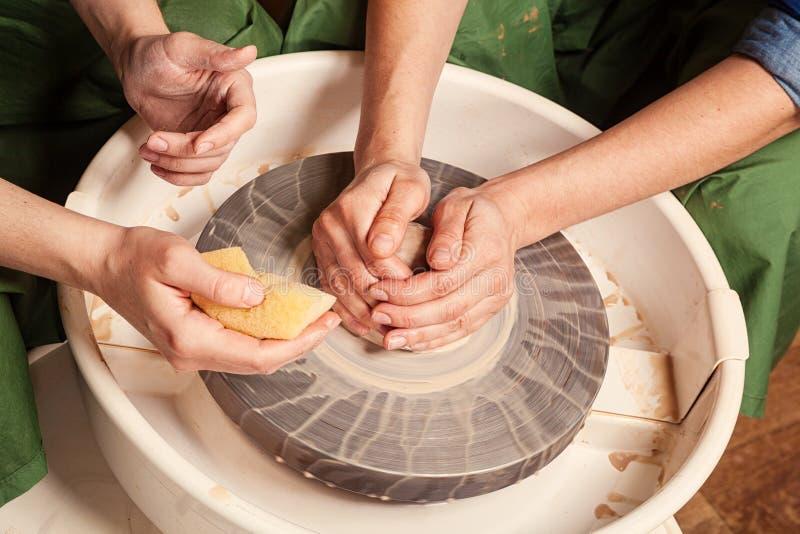 De vrouwelijke pottenbakker onderwijst stock foto's