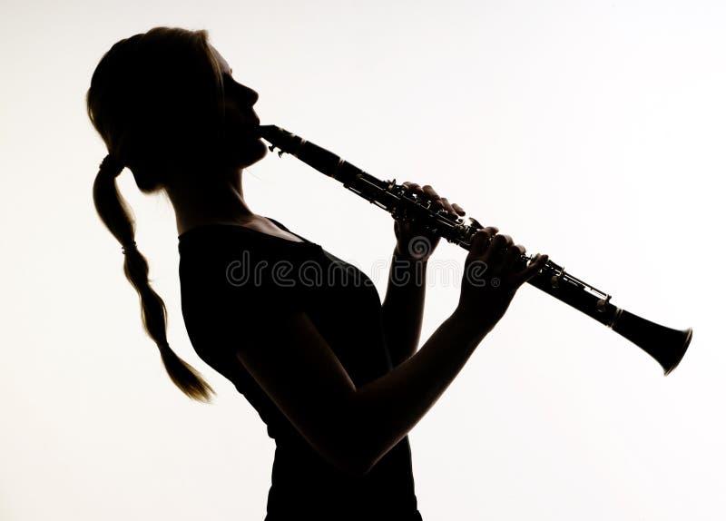 Vrouwelijke Musicus in de Techniek van het Hout van de Praktijken van het Silhouet op Cl stock afbeeldingen