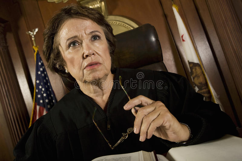 De vrouwelijke rechtszaal van Rechterssitting in royalty-vrije stock foto's