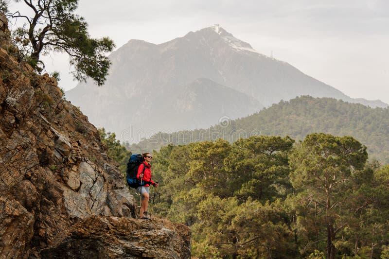 De vrouwelijke reiziger beklimt op heuvels in Turkije royalty-vrije stock afbeeldingen