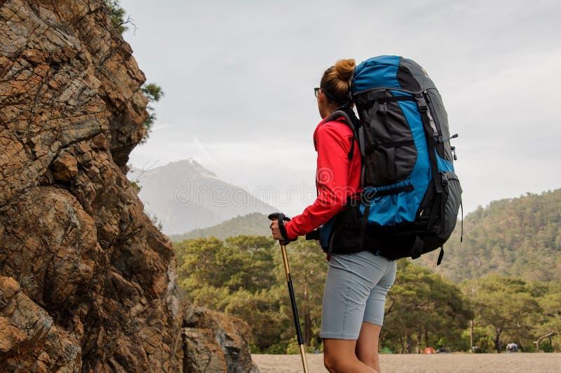 De vrouwelijke reiziger kijkt terug op heuvels in Turkije stock foto's