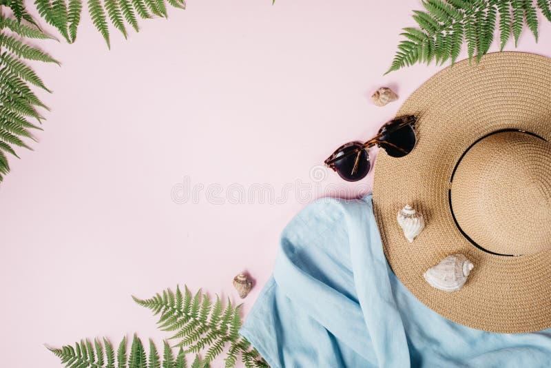De vrouwelijke samenstelling van de de zomermanier met blouse, hoed, zonnebril, varen, zeeschelp op roze achtergrond royalty-vrije stock afbeeldingen