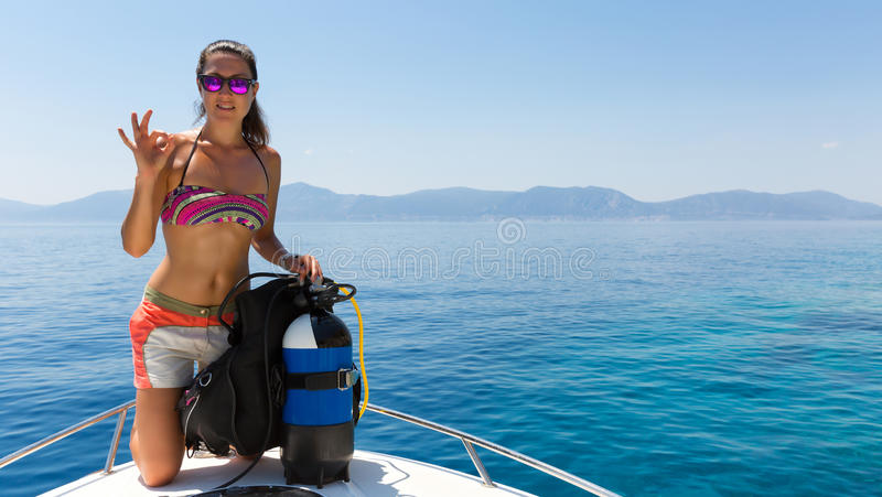De vrouwelijke scuba-duiker toont & x22; OK& x22; teken stock fotografie