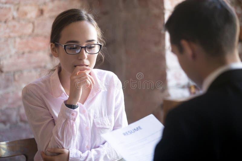 De vrouwelijke spanning van het baan aanvragende gevoel, bang, zenuwachtig bij baan inte royalty-vrije stock afbeelding