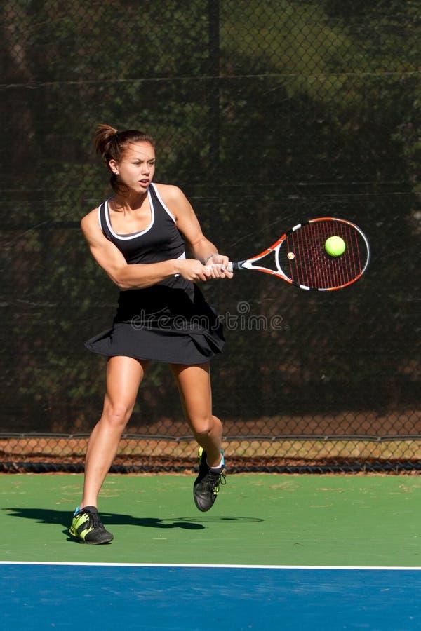 De vrouwelijke Speler van het Tennis raakt Krachtige Backhand royalty-vrije stock afbeelding