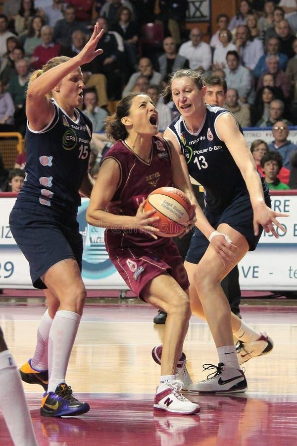 De vrouwelijke spelers van het Basketbal in actie stock afbeeldingen