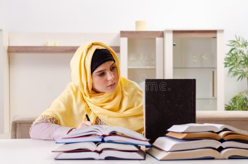 De vrouwelijke student die in hijab voor examens voorbereidingen treffen royalty-vrije stock foto