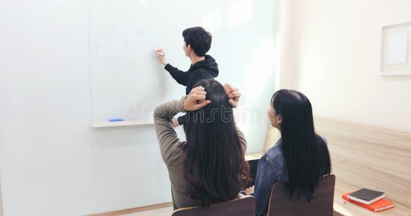 De vrouwelijke student, voelde zij een hoofdpijn en een ernstige leraar begreep niet stock afbeeldingen
