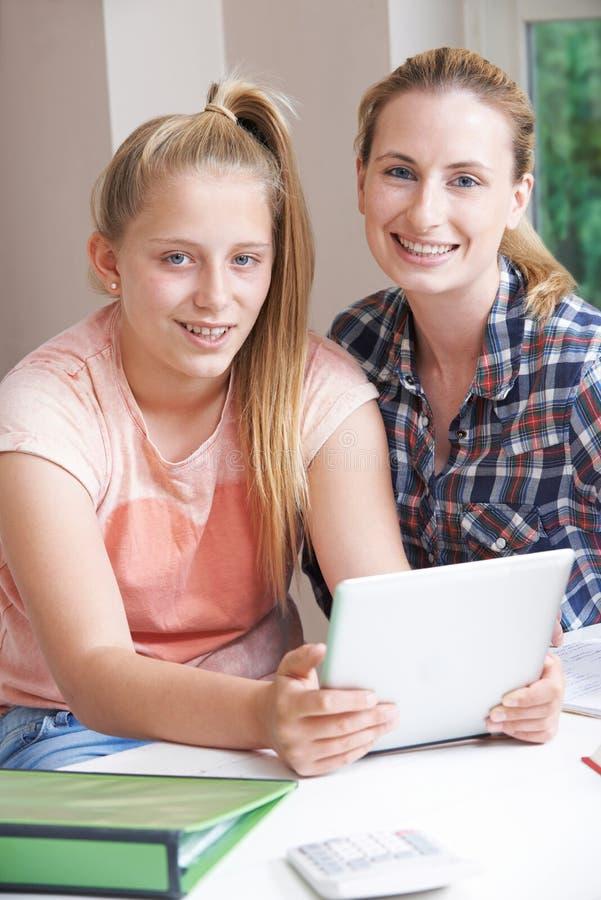 De vrouwelijke Studies die van Helping Girl With van de Huisprivé-leraar Digitale Tablet gebruiken stock foto's
