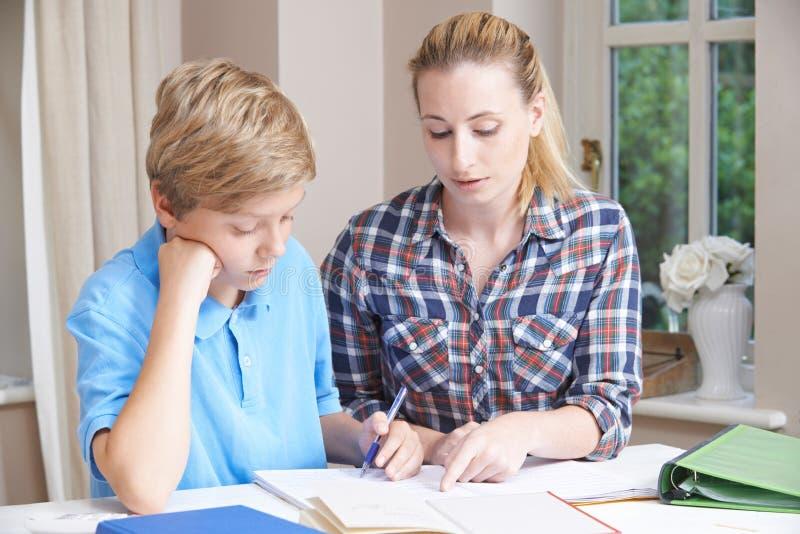 De vrouwelijke Studies van Helping Boy With van de Huisprivé-leraar stock foto