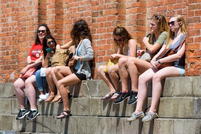 De vrouwelijke toeristen rusten in St Teken` s Vierkant in Venetië stock foto's