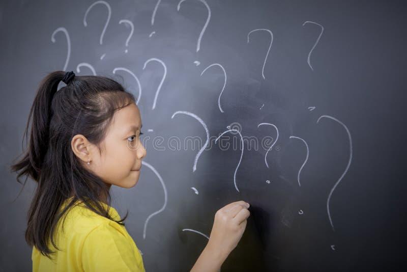 De vrouwelijke vraagtekens van de studententekening in klaslokaal stock afbeeldingen