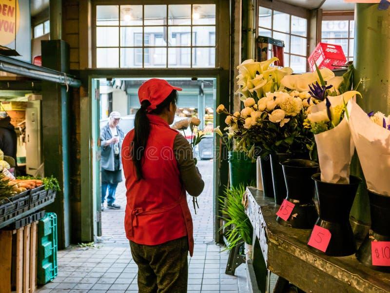 De vrouwelijke werknemer maakt boeket bij Openbare Markt, Seattle royalty-vrije stock foto's