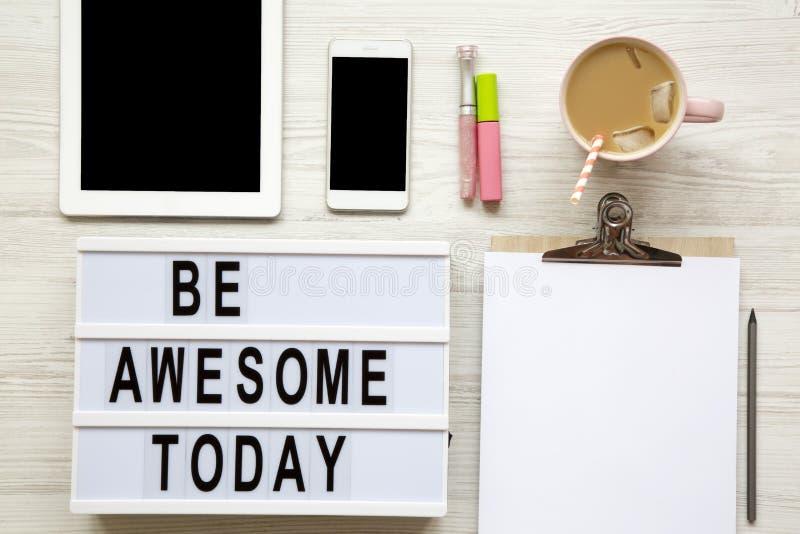 De vrouwelijke werkplaats met tablet, noticepad, blad, latte ijs en ` is ontzagwekkende vandaag `-woorden op moderne raad over wi royalty-vrije stock foto