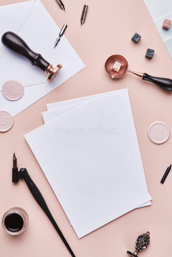 De vrouwelijke werkruimte van de bureaukalligrafie met exemplaarruimte stock foto