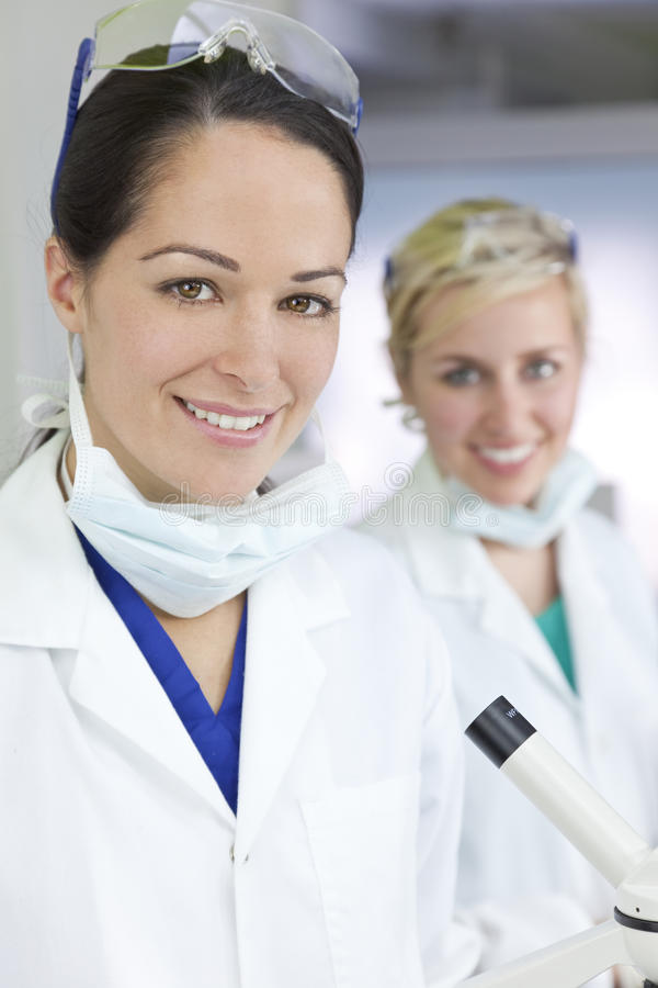 De vrouwelijke Wetenschappers of Artsen van de Vrouw in Laboratorium stock foto