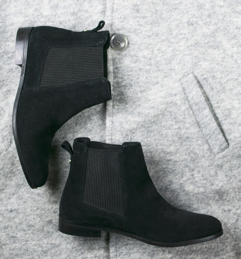 De vrouwelijke zwarte schoenen van suèdechelsee royalty-vrije stock foto's