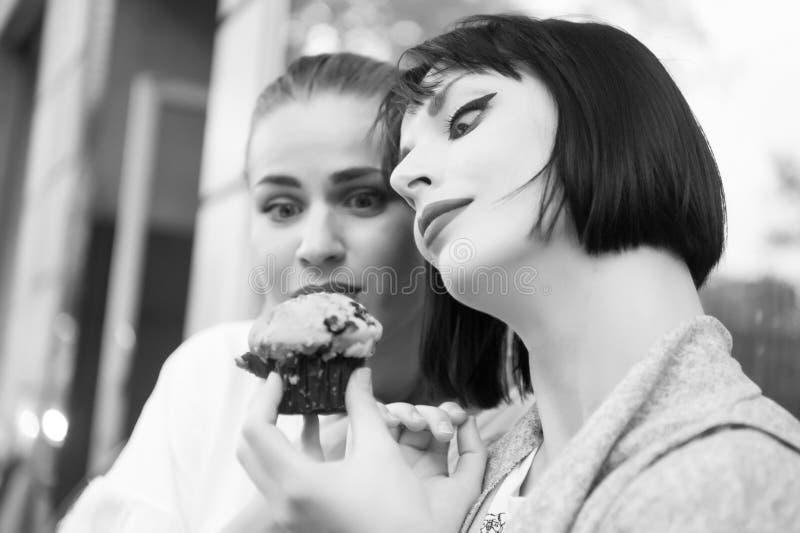 De vrouwen bekijken cupcake in Parijs, Frankrijk royalty-vrije stock foto