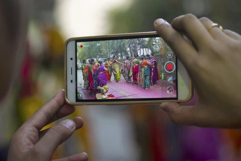 De vrouwen bij Baby overgieten ceremonie op mobiel wordt geschoten die stock fotografie