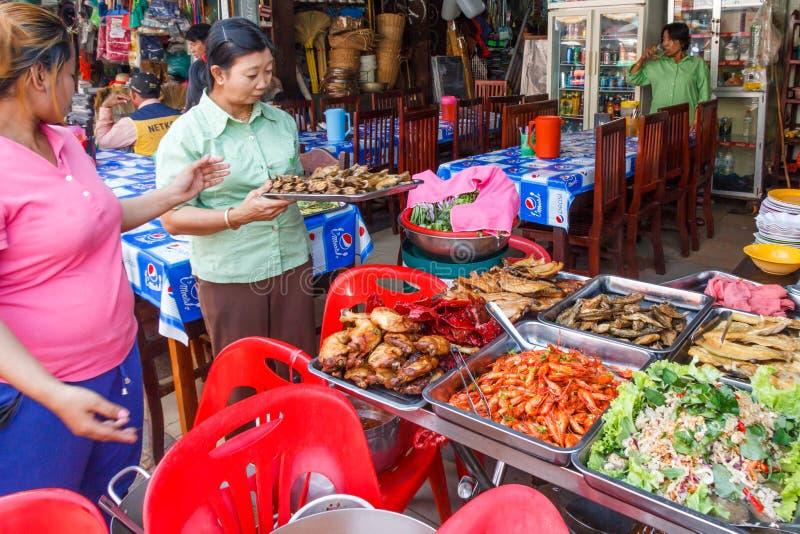 De vrouwen die bij een straatvoedsel dienen blokkeren stock foto