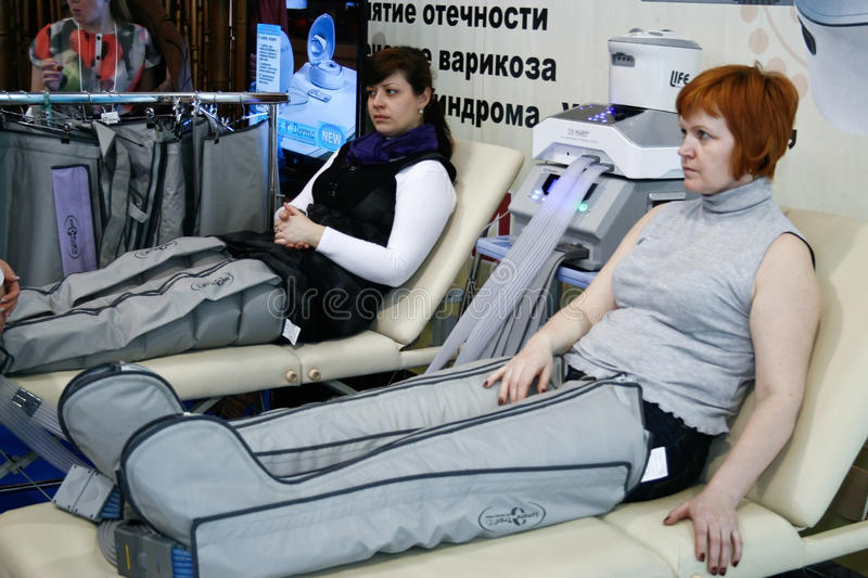 De vrouwen die in een massage zitten zitten voor stock afbeeldingen
