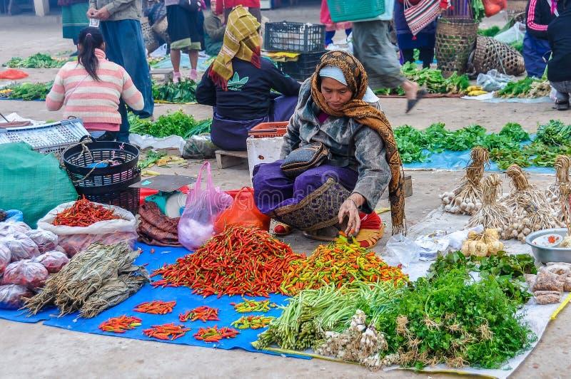 De vrouwen die groenten in de markt, Muang verkopen zingen, Laos stock foto