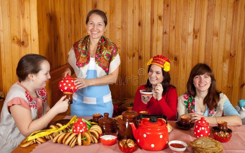 De vrouwen die Shrovetide vieren en eet pannekoek stock foto