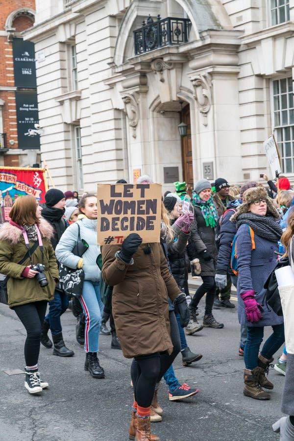 De vrouwen die in St Patric ` s protesteren paraderen stock afbeeldingen
