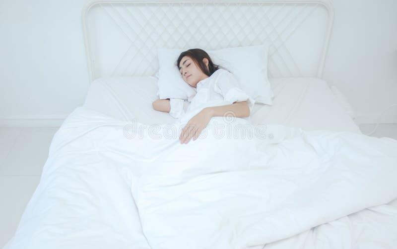 De vrouwen die witte pyjama's dragen rusten stock foto