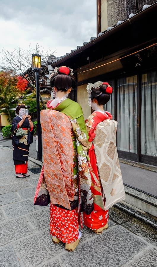 De vrouwen dragen Japanse kimono op straat stock afbeeldingen