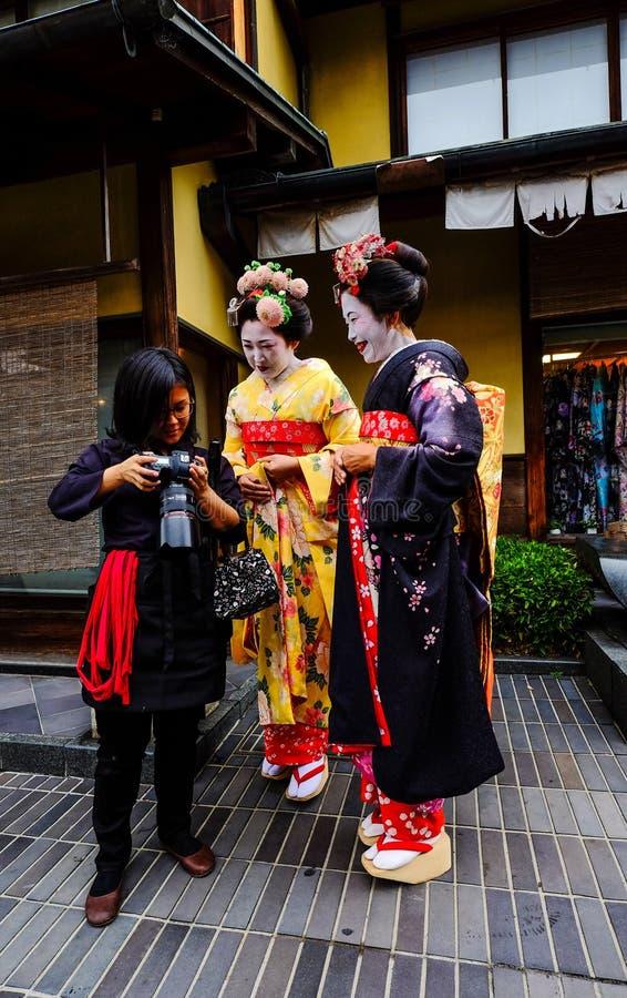 De vrouwen dragen Japanse kimono op straat royalty-vrije stock afbeelding