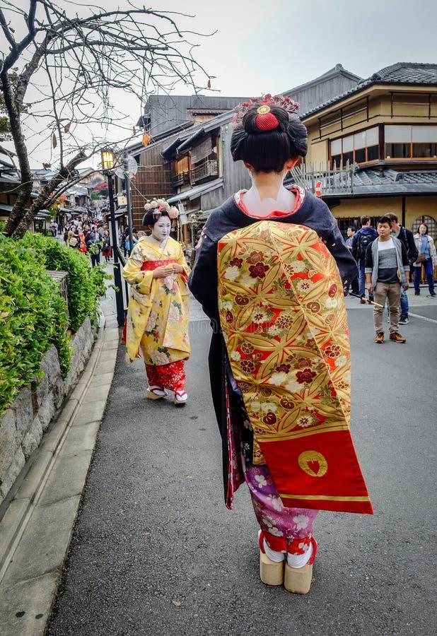 De vrouwen dragen Japanse kimono op straat stock foto