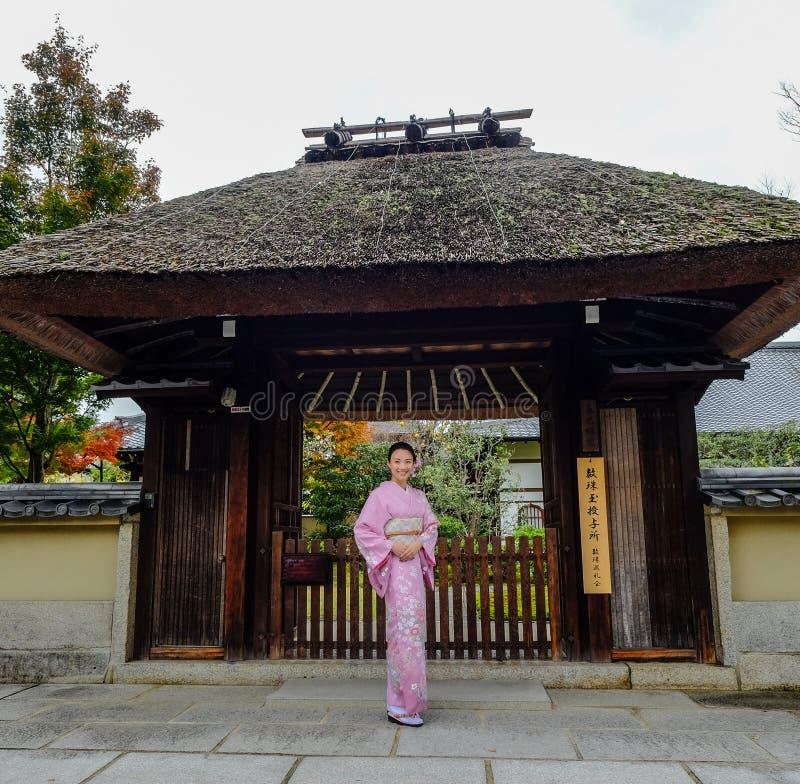 De vrouwen dragen Japanse kimono op straat stock foto's
