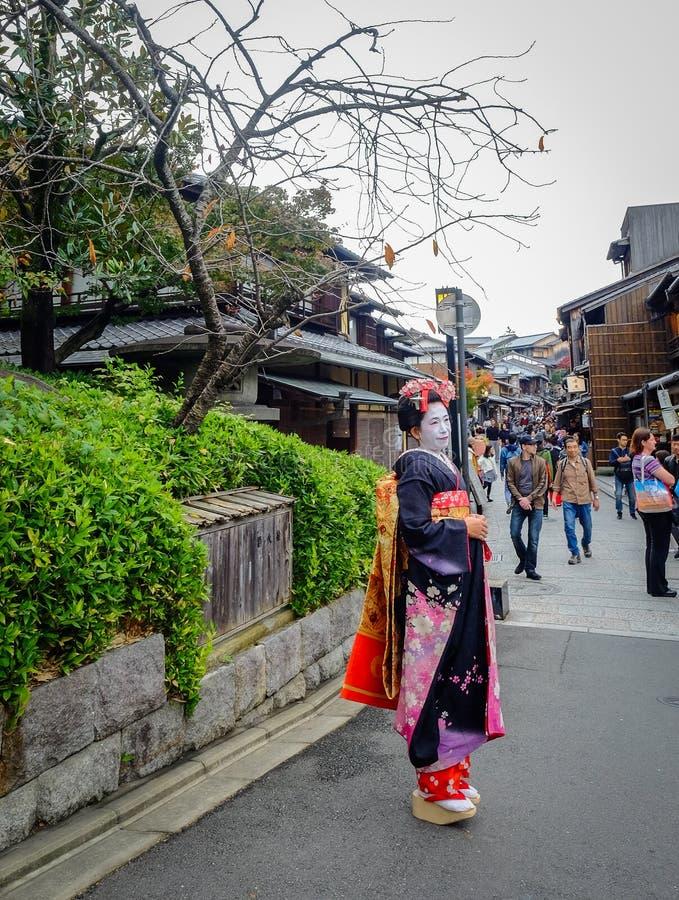 De vrouwen dragen Japanse kimono op straat stock afbeelding