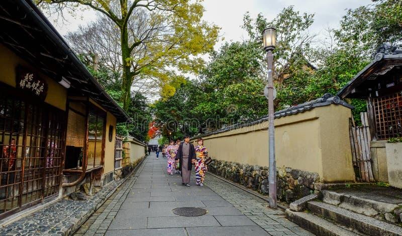 De vrouwen dragen Japanse kimono op straat stock fotografie