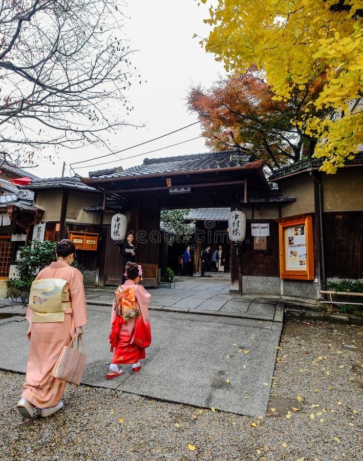 De vrouwen dragen Japanse kimono op straat royalty-vrije stock foto