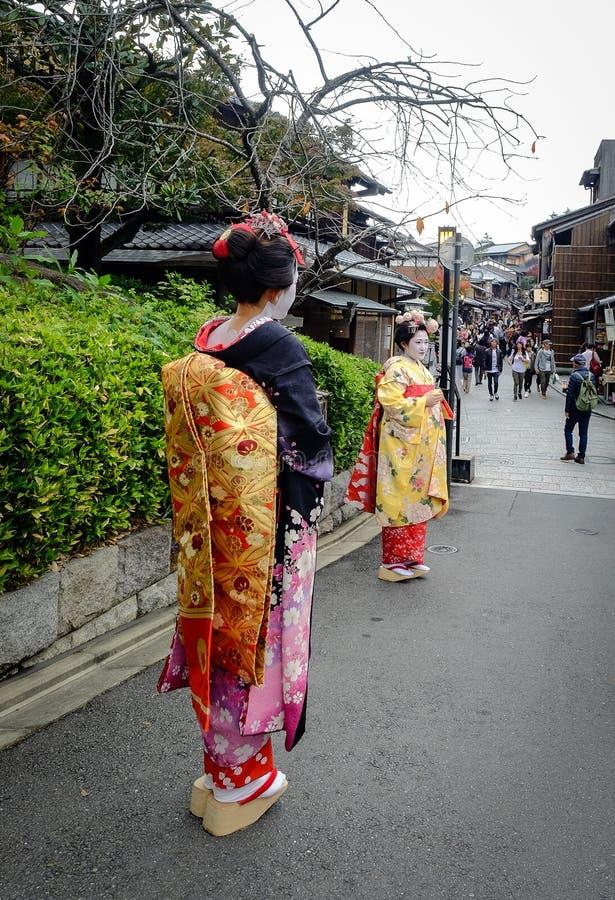 De vrouwen dragen Japanse kimono op straat royalty-vrije stock afbeeldingen