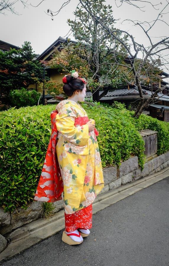 De vrouwen dragen Japanse kimono op straat royalty-vrije stock fotografie