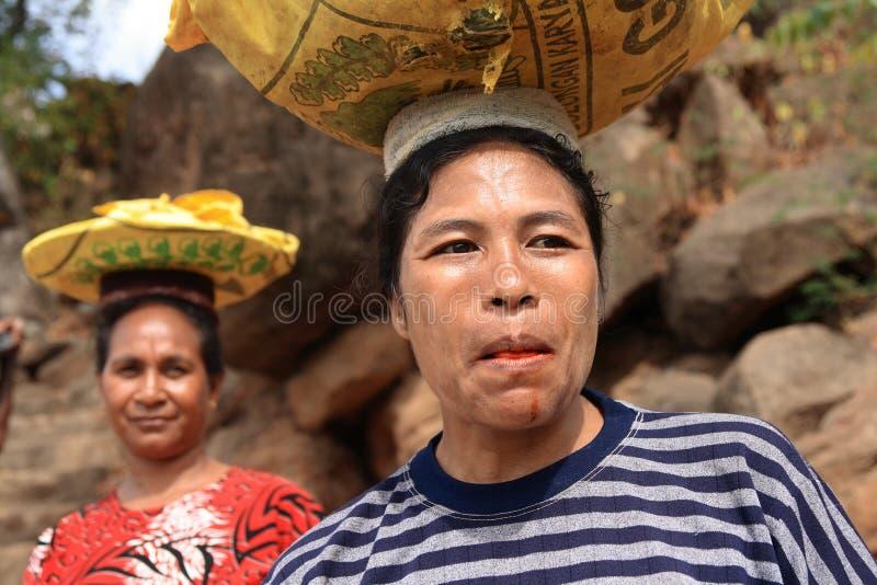De vrouwen dragende goederen van Lamalera royalty-vrije stock afbeelding