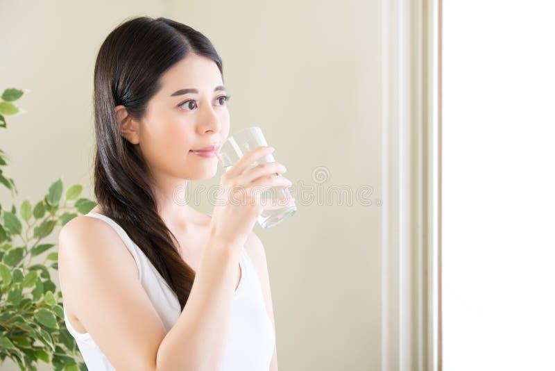 De vrouwen Drinkwater van de gezondheids gelukkig schoonheid, die denken hoe te op dieet te zijn royalty-vrije stock foto's