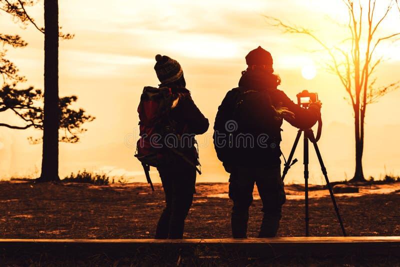 De vrouwen en de mannen van de fotograafminnaar de reis van Aziaten ontspant in de vakantie De landschappenatmosfeer van de fotob stock foto